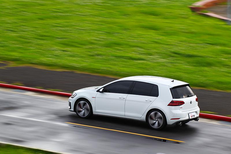 韌性的懸吊反應與動態穩定系統,讓Golf GTI Performance Pure擁有令人開心又安穩的動態反應。