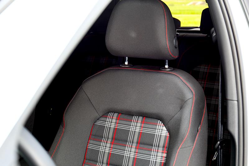 不同於Golf GTI Performance類麂皮座椅,Golf GTI Performance Pure仍為經典格紋。