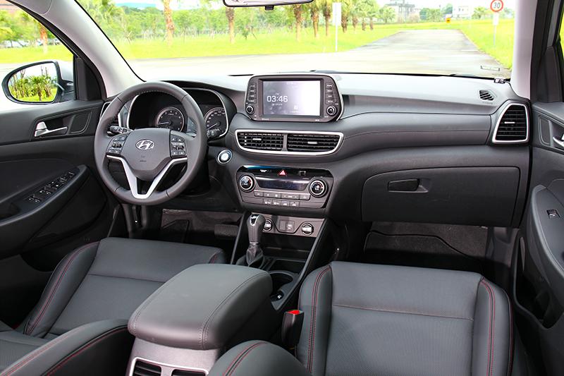座艙最大改變就是將中控螢幕採獨立規劃。