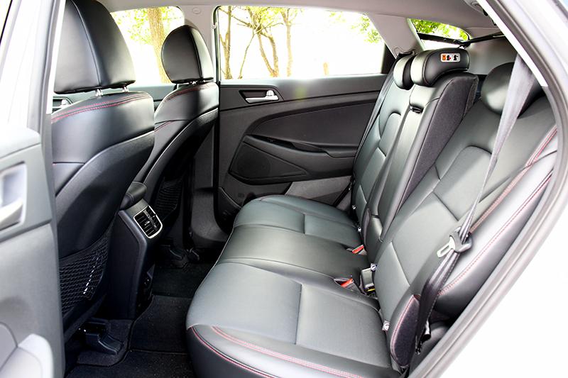 此次後座增加USB電源,座椅設定腰部部分的表現過於搶戲突出。