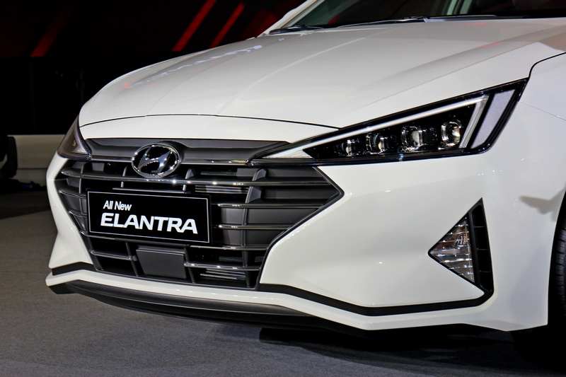全新車頭的橫柵六角型氣壩、一體式下擾流與兩側三角進氣簾元素,突顯Intense Glide前掠式跑格。