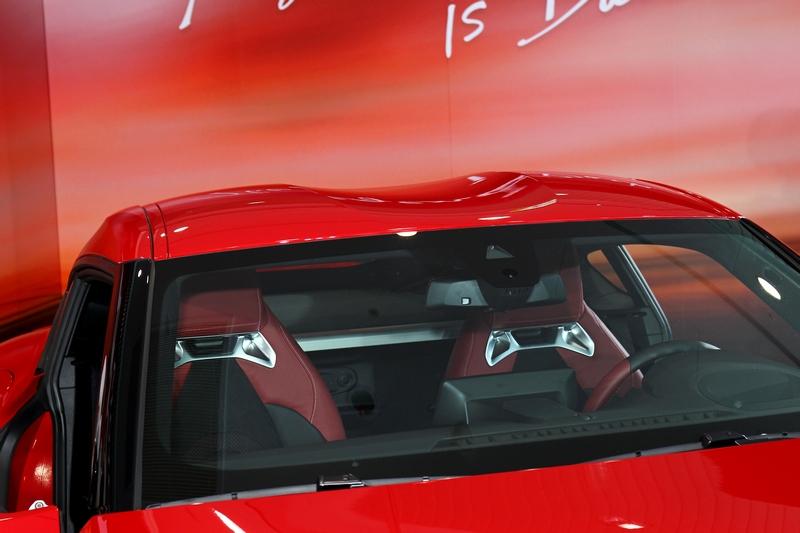 車頂雙拱式設計也與車頭車尾相呼應。