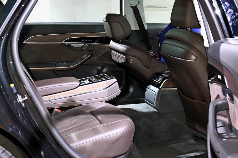 A8 L軸距為3128mm,創造出極為寬敞的乘坐環境,並具備可控制空調、燈光、座椅舒適的後座智聯控制平板及加熱/通風、電動座椅。