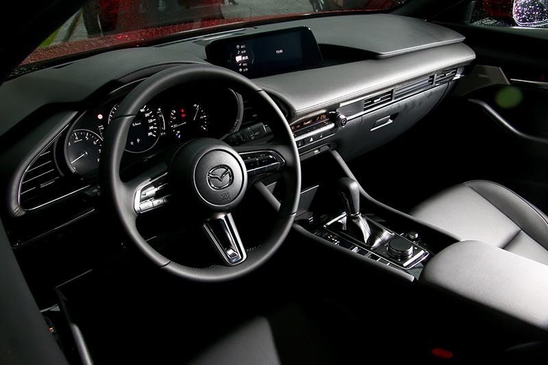 新Mazda3的座艙設計可說將「Less is more」的減法美學思維發揮到淋漓盡致,沒有過多繁雜的區塊與飾板搭配,以中央水平為基準簡單化分出幾個必要區塊,大大地減緩駕駛者與前座乘客的視覺壓迫感,有助於放鬆心情駕車。