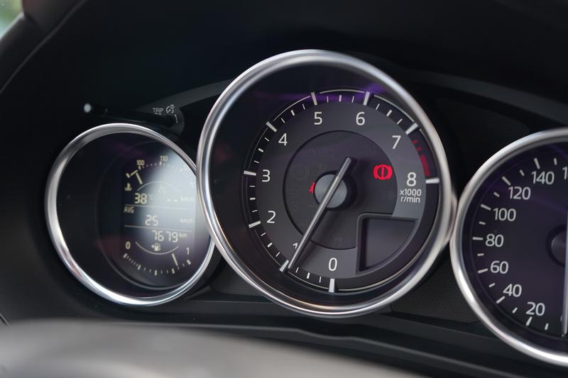 由於手排變速箱能發揮的轉速範圍更廣,一路拉到7,000轉都不是問題