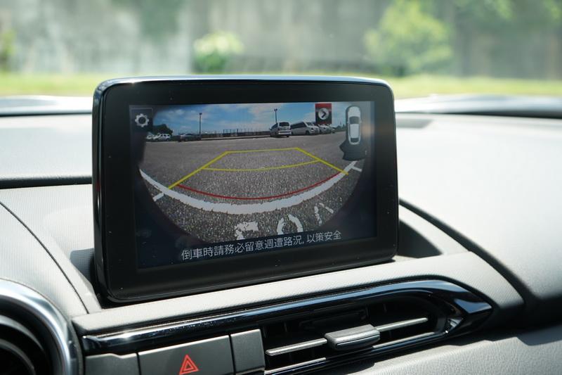 由於多了倒車顯影功能,打入倒檔後畫面會出現虛擬格線與後方即時影像