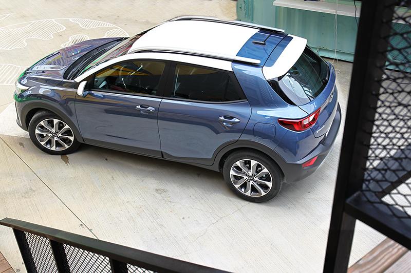 C柱車色延伸貫穿車頂,讓雙色車頂增添獨特創意感受。