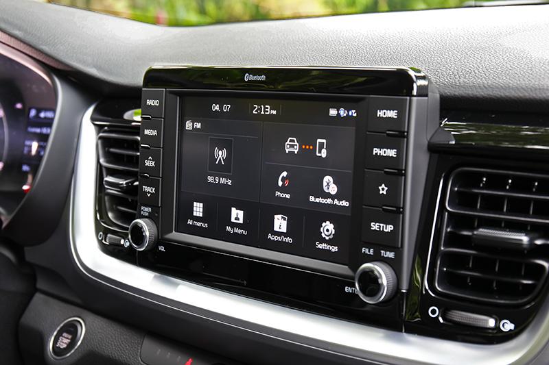 懸浮式中控螢幕讓整體視覺更加輕盈,同時也支援Apple Carplay與Android Auto。