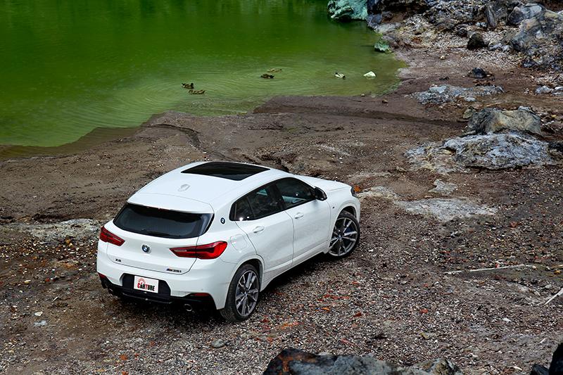 X2 M35i外觀配置M Performance套件,並輔以M車型專屬的鈰灰色處理。