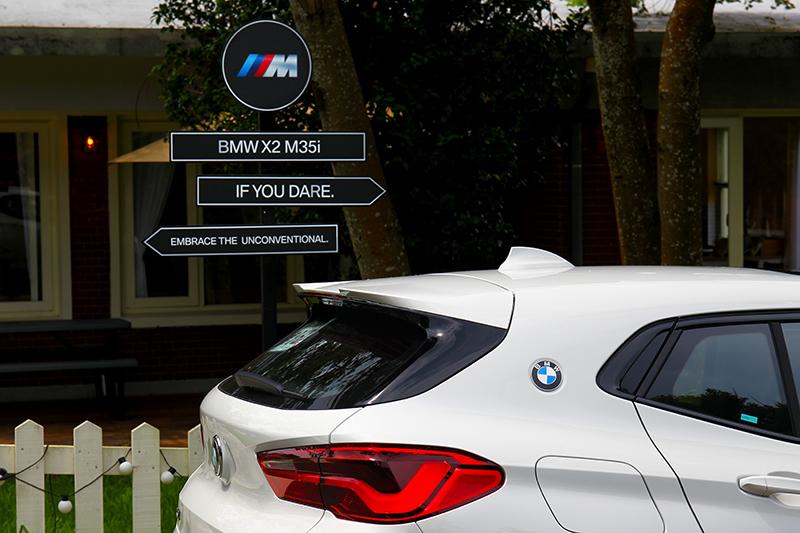C柱的BMW Logo是向BMW E9致敬。