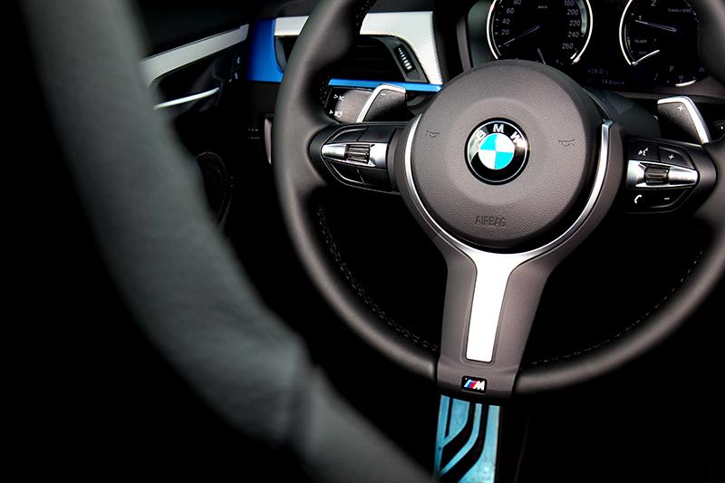 M款跑車座椅不僅造型好看,操駕時也提供良好包覆性,另外也有紅色與藍色麂皮可選。