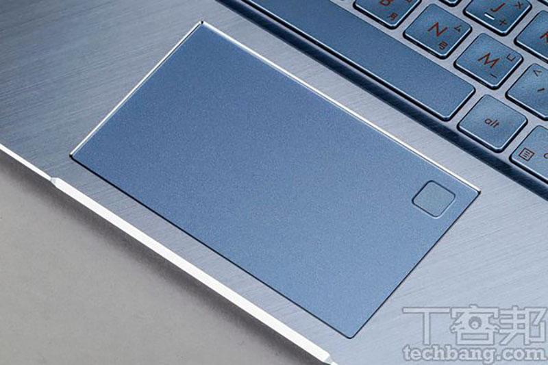 面積為10.5×6.2(cm),支援手勢操作,並整合指紋辨識裝置於右上方 。