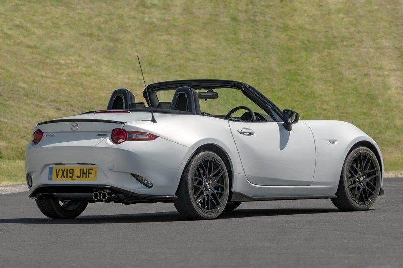車身高度在換成Eibach懸吊系統後降低25mm。