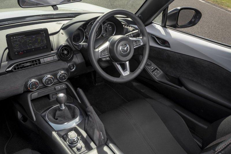 Design Pack套件於內裝門板、排檔座、手煞車與儀表平台改以麂皮包覆。