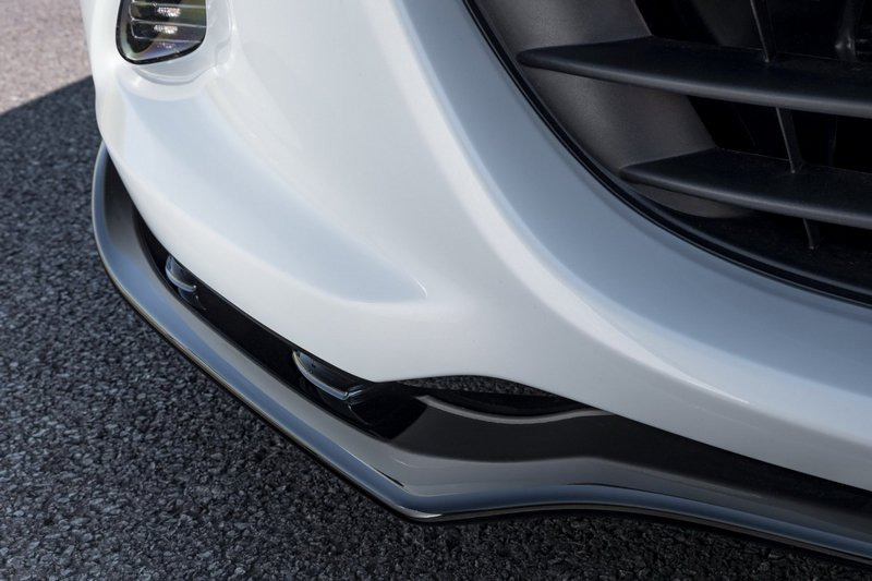 車身外觀也有配置前後下擾流、側裙與尾翼。