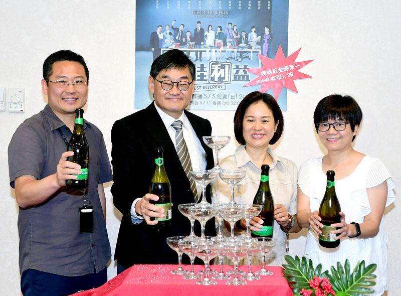 左起:趙大同經理、莊豐嘉總經理、陳慧玲製作人、劉桂蘭特助