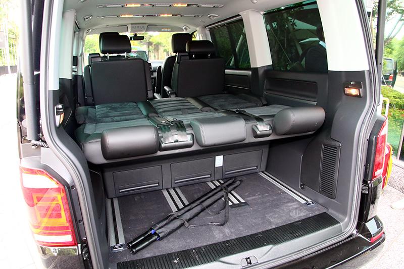 Comfortline車型則是採全黑內裝,座椅則是採真皮與類麂皮雙材質包覆,第三排座椅也可以直接翻倒打平,成為一張車床。