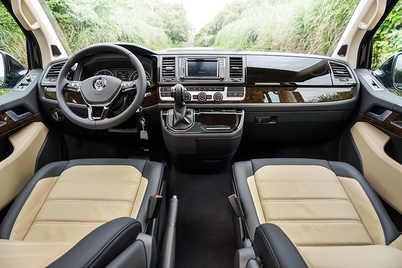 Highline以上車型駕駛艙搭配類胡桃木質儀表飾板,乘客艙則標配楓木紋類木質地板。