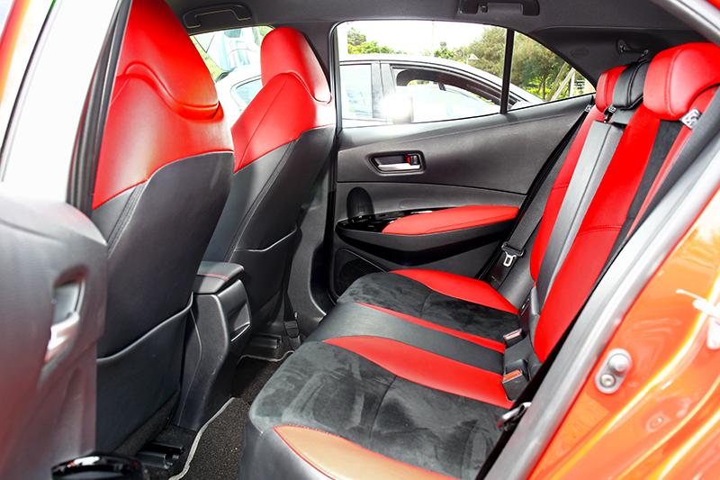 頭部空間受限於較低的車頂線條之故,在前座與後座的空間餘裕度上並不如對手吃香