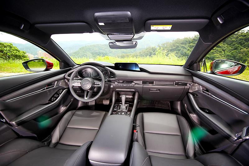 Mazda3礙於較為流線的車頂造型,在頭部空間表現並不如預期