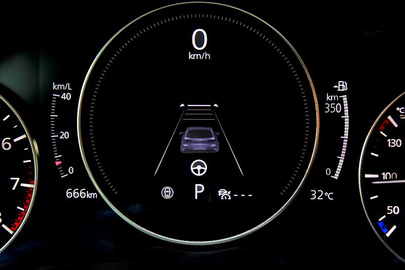 雖然駕駛儀表並非全數位式,但中央顯示器可檢視的項目仍表現不俗