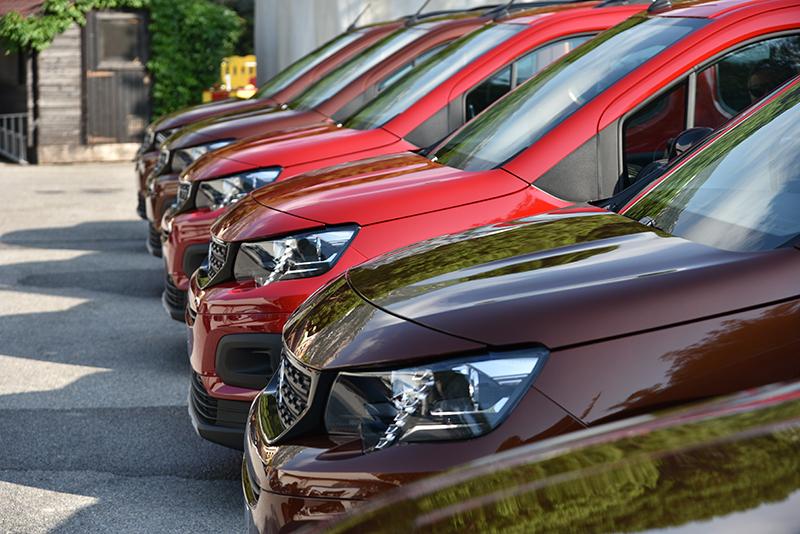短捷車頭配上銳利的頭燈造型,讓Rifter有別於一般商車,呈現出活力十足的年輕風貌。