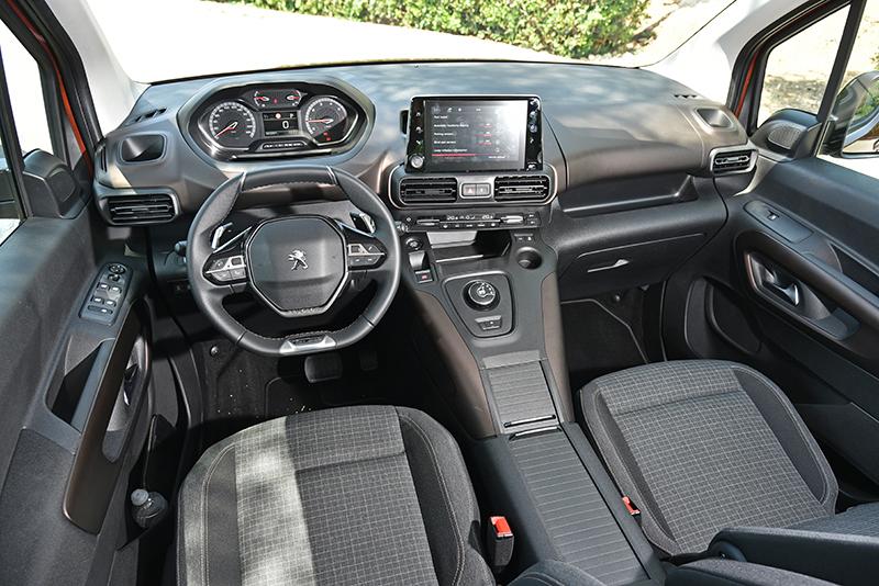 座艙鋪陳仍以Peugeot i-Cockpit概念為主軸,整體氛圍和Berlingo有所不同。