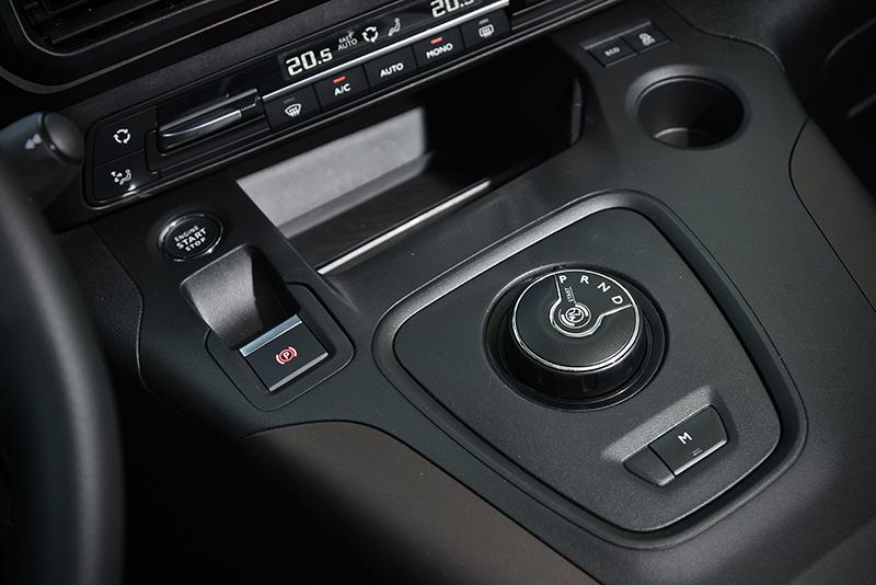 雙區恆溫、引擎啓閉鍵、電子手煞車皆為選用配備,但預期國內販售的中階以上車型就會全數配置。