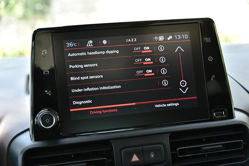 8吋觸控螢幕掌管多數車輛設定,也支援Android Auto與Apple CarPlay手機連結。