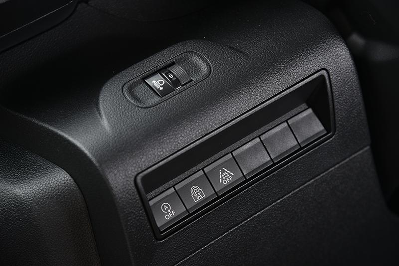 方向機左半部按鍵一覽,其中包括引擎自動熄火、後座兒童鎖與車道維持輔助開關。