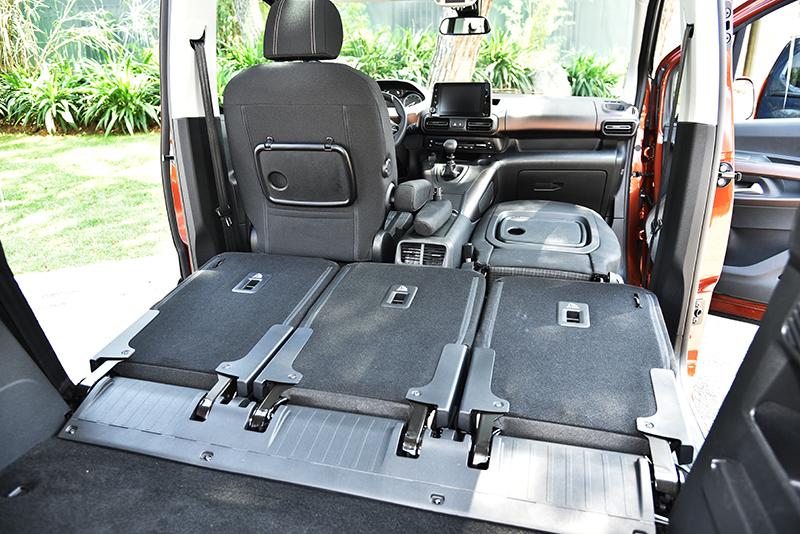 兩張前座都備有扶手,其中前乘客座的扶手還可拆卸,方便椅背向前打平擴充載物空間。