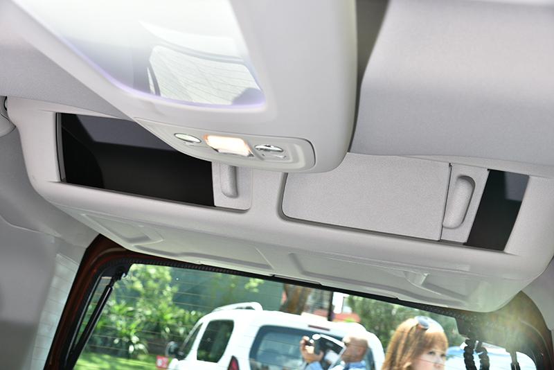 若選配玻璃車頂,就附贈帶有氣氛燈的半透光置物槽與尾廂上的置物盒,是短軸款專屬。
