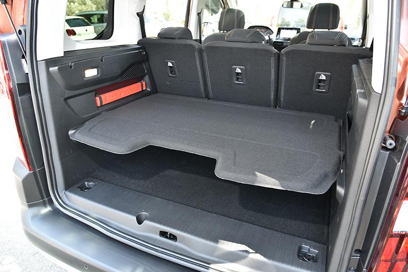 行李廂遮板可以下放,將載運物品分層別類。
