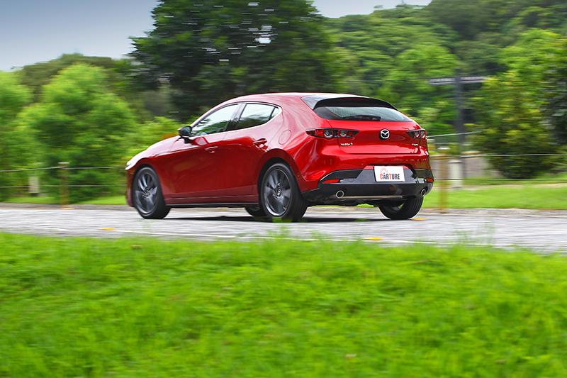 在彎中Mazda 3的GVC+系統能讓車輛穩穩行駛在正確路線。