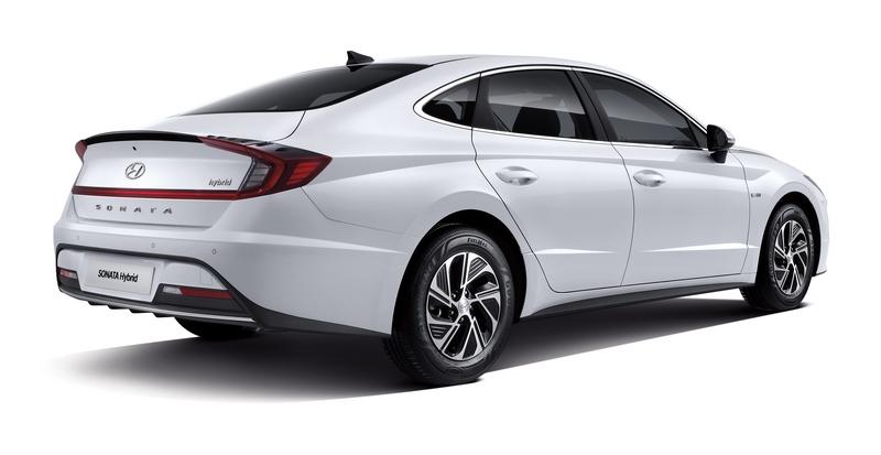 新世代Sonata擁有更成熟且具動感的樣貌,車尾ㄈ型尾燈就見仁見智。