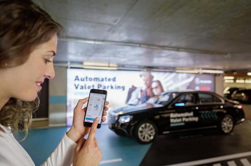 目前於賓士博物館只要透過APP就能使用AVP自動代客停車服務。
