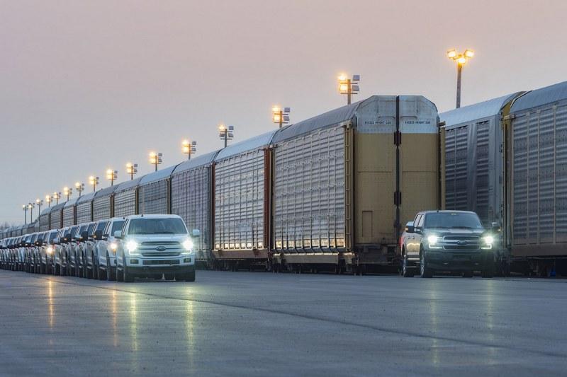 電動車馬力不夠?Ford F-150 把 560 公噸貨櫃拖給你看