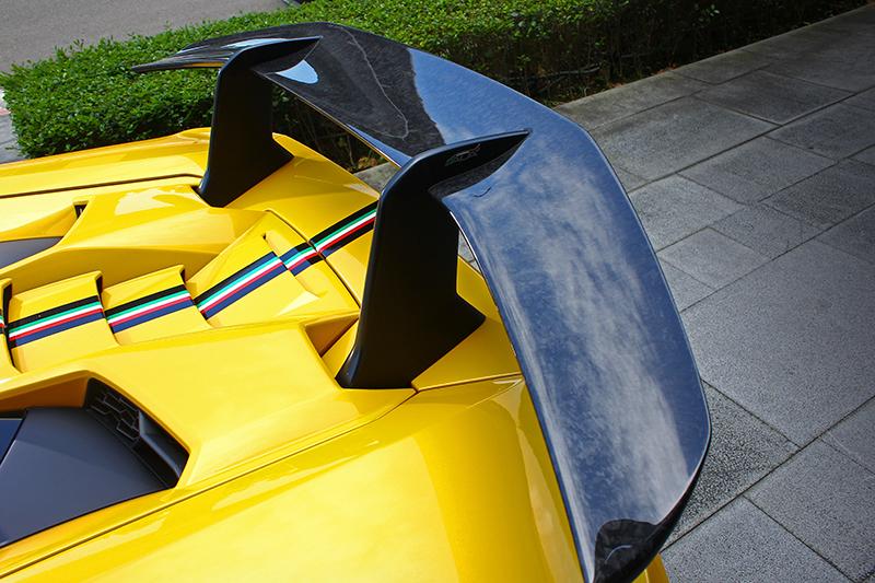 偌大的後尾翼下也有ALA主動式空氣力學套件加持,憑藉的是尾翼前方引擎蓋兩側的進氣孔道。