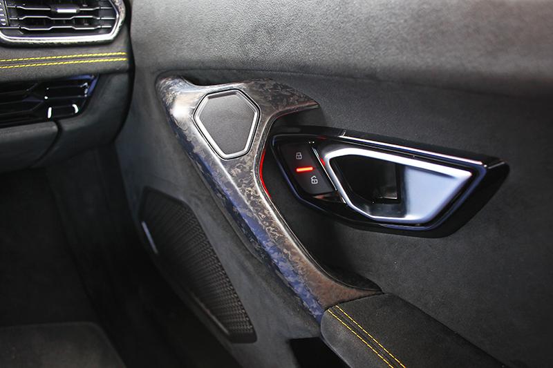 就連車門把手也不忘精雕細琢。