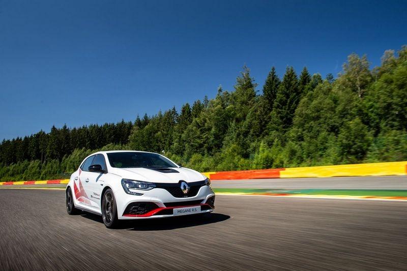 Megane R.S. Trophy-R在Spa-Francorchamps賽道以2分48秒338擊敗Civic Type R。