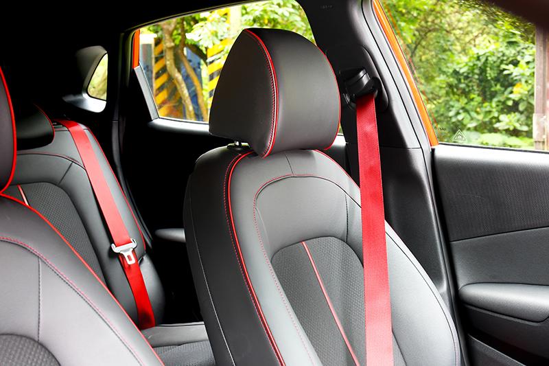 前驅版車型座椅為皮質與織布相間。