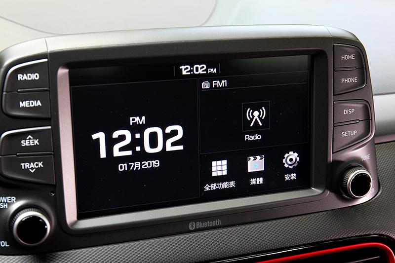 除入門車型外Kona全車系都配置八吋螢幕與Apple CarPlay/Android Auto。