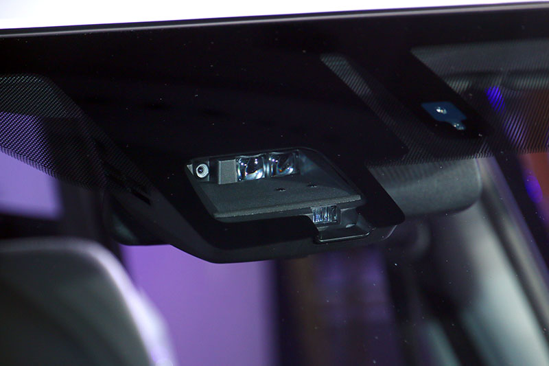 「DSBS 雙感知器煞車輔助系統」透過負責偵測中長距離的單眼攝影機、適用於短距離及夜間的雷達感應器,若偵測到車輛相對接近前方車輛時,儀錶板上的指示燈會即時亮起,並同步響起警報聲,提醒駕駛減速。