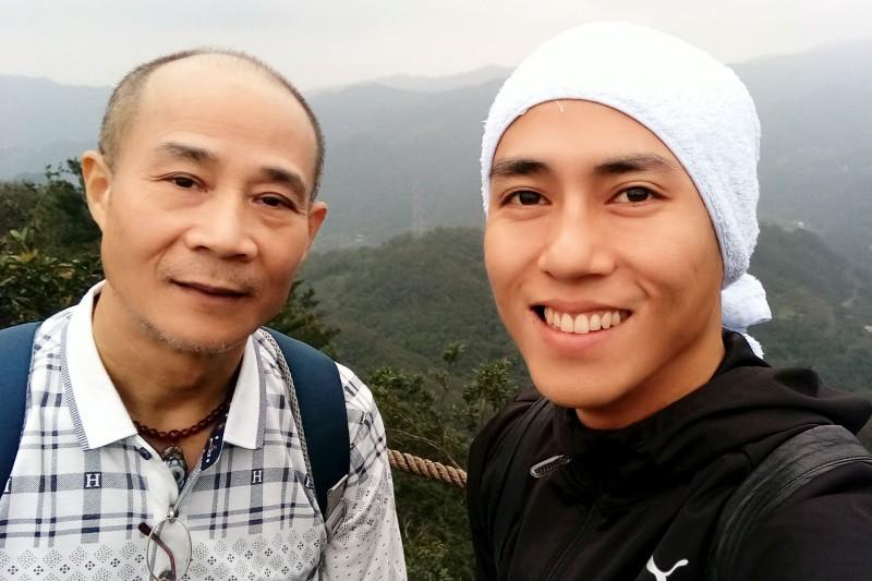 莊凱勛(右)與父親合影