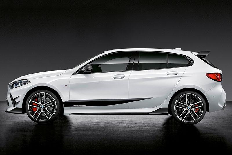圖為新M135i xDrive裝配M Performance套件展示車。