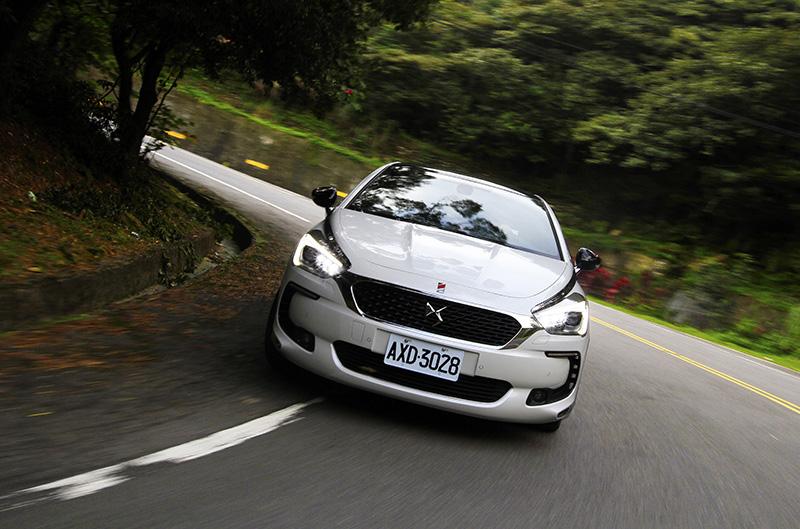 動用工作車的跟拍動態已屬專業攝影的範疇,儘管一般人也可嘗試,但在開放道路上還是需以安全優先。光圈f/11,快門1/50s,焦距21mm。