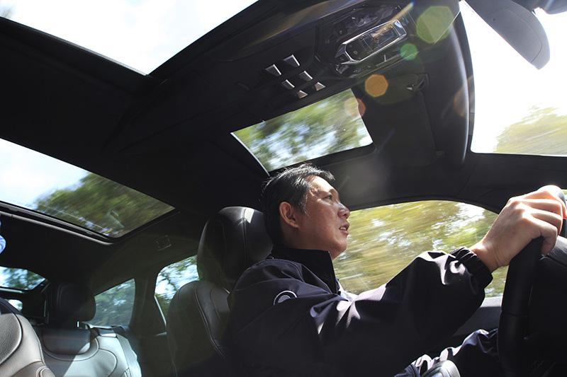 沒想到吧!自己也能入鏡成為愛車動態的主角。特別像是DS 5這種浪漫至極的法國車,頭頂上的天窗讓移動畫面變得很有戲。光圈f/7.1,快門1/30s,焦距16mm。