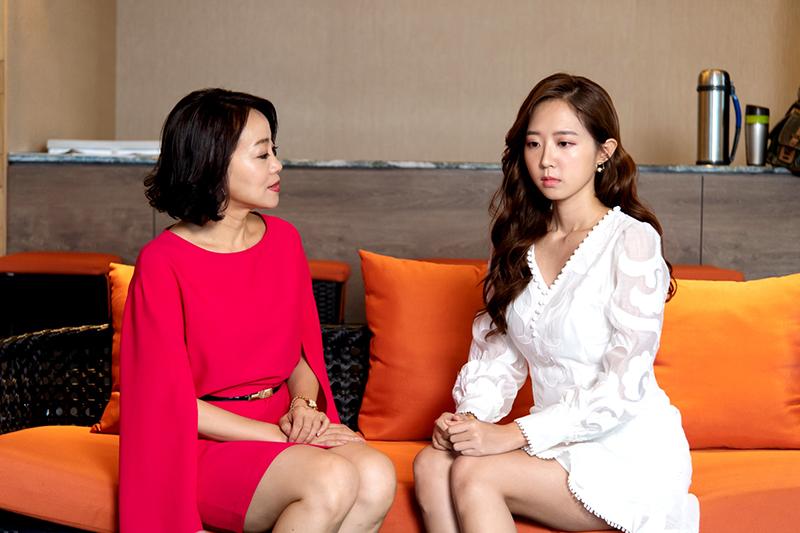 范瑞君(左)、洪詩(右)《月村歡迎你》扮演「使壞母女」