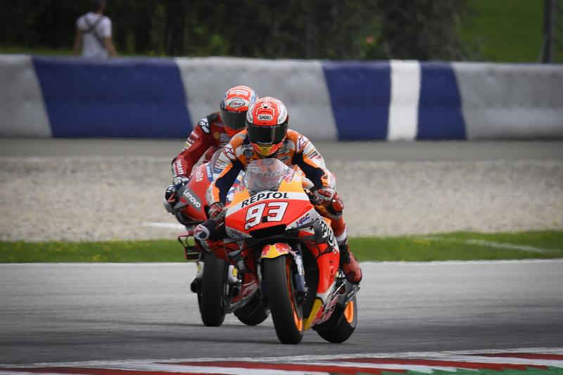 Marquez與Dovizioso兩人從起跑後就一直糾纏到終點前。