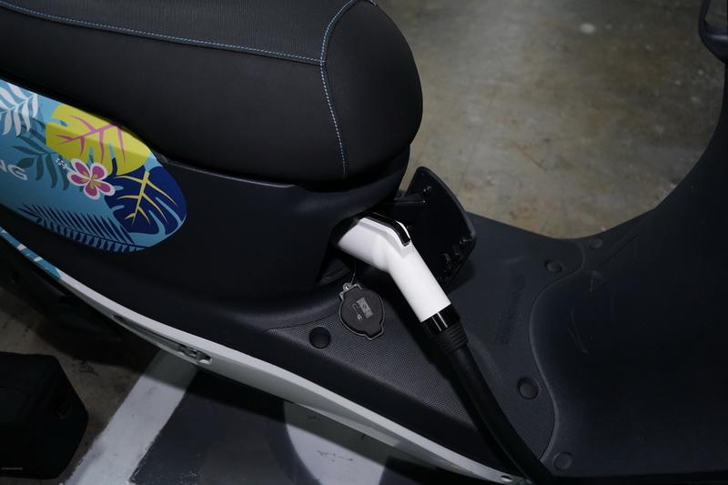 充電插座設計於座墊下方,使用起來相當就手